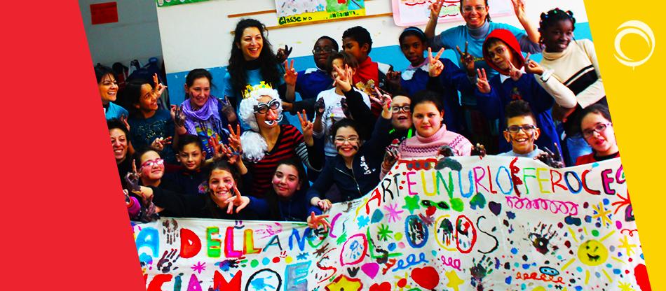 Foto di gruppo con striscione realizzato dai bambini dell aDirezione didattica Edmondo De Amicis