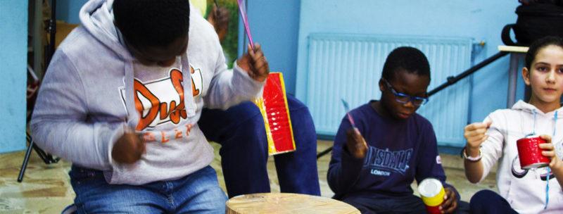 bambini della Scuola De Amicis di Palermo che suonano le percussioni