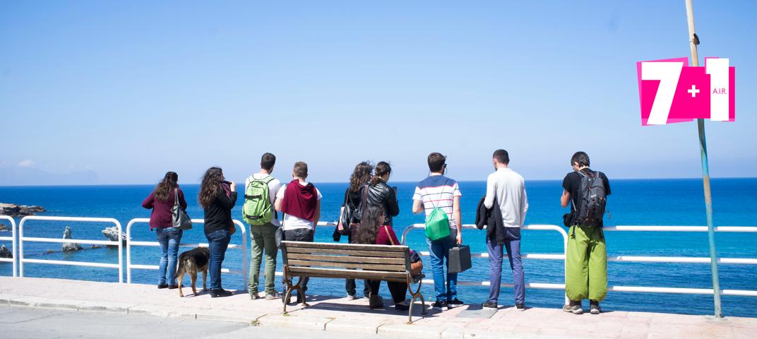 9 ragazzi guardano il mare di Terrasini